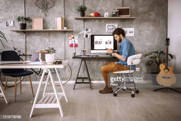 pause rapide pour envoyer des messages texte - chaise de bureau photos et images de collection