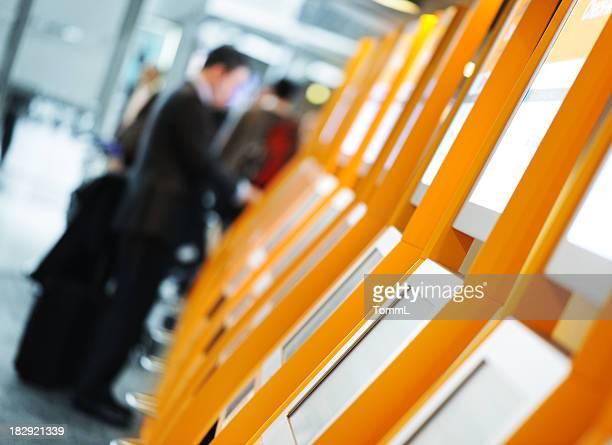 Un enregistrement en libre-service à l'aéroport