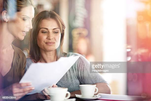 Schnell überprüfen einige Unterlagen über Kaffee