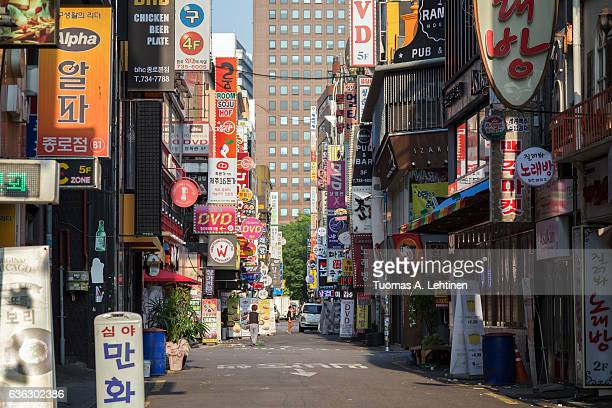 quiet and commercial jong-ro 14-gil street in jongno district (jongno-gu) in seoul, south korea, in the morning. - 韓国 ストックフォトと画像