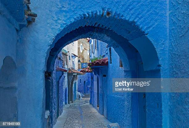 quiet archway in medina of chefchaoen, morocco - chefchaouen photos et images de collection