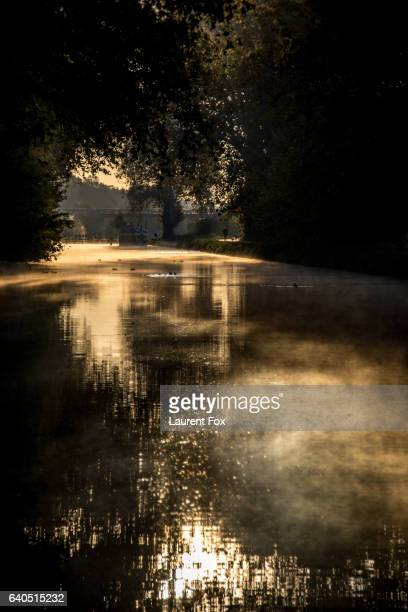 a quiet canal du midi located near beziers, france awaits river traffic with morning mist rising. - canal du midi photos et images de collection
