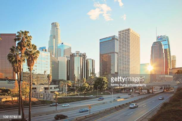 a quiet downtown los angeles traffic - skyline photos et images de collection