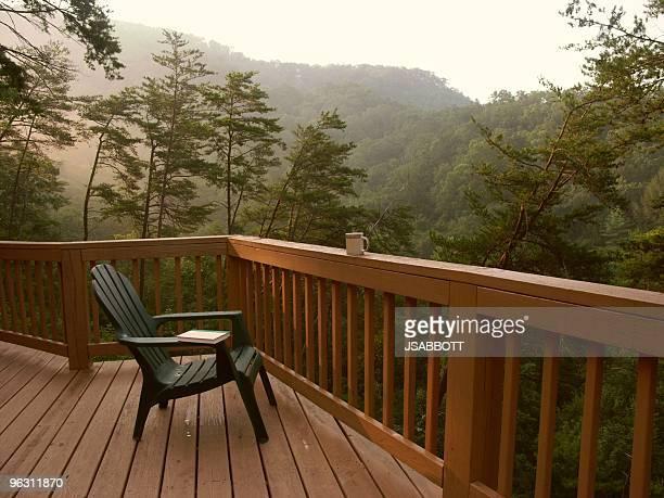 ruhige mountain morgen - geländer stock-fotos und bilder