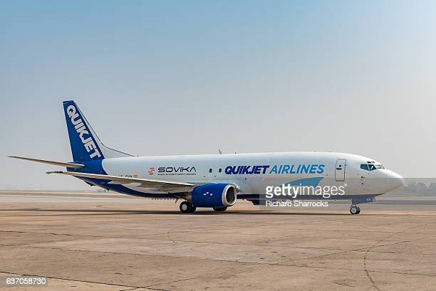quikjet airline boeing 737 - delhi airport stock photos and pictures