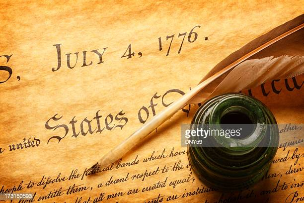 quill y inkwell en la parte superior de la declaración de la independencia - guerra de la independencia de estados unidos fotografías e imágenes de stock