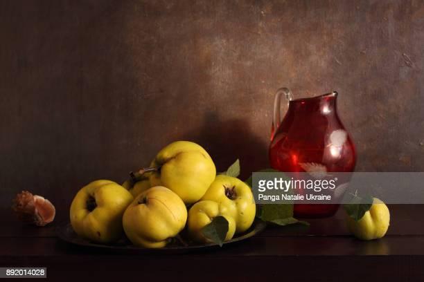 quinces and red glass jug - natureza morta - fotografias e filmes do acervo