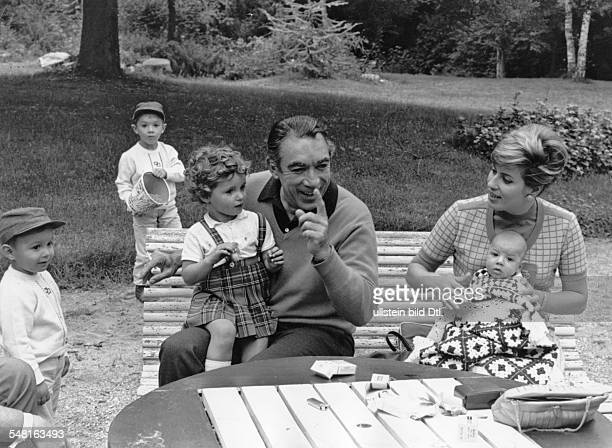 Quinn Anthony * Actor painter and writer USA with his wife Yolanda and his children in the garden of his villa 1966 Vintage property of ullstein bild