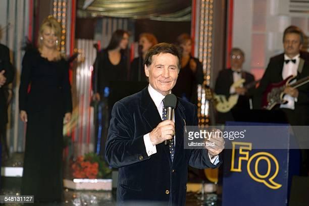 Quinn Freddy * Schlagersaenger Schauspieler Oesterreich Halbportrait in Schmidts Tivoli anlaesslich der Gala zu seinem 70 Geburtstag Im Hintergrund...