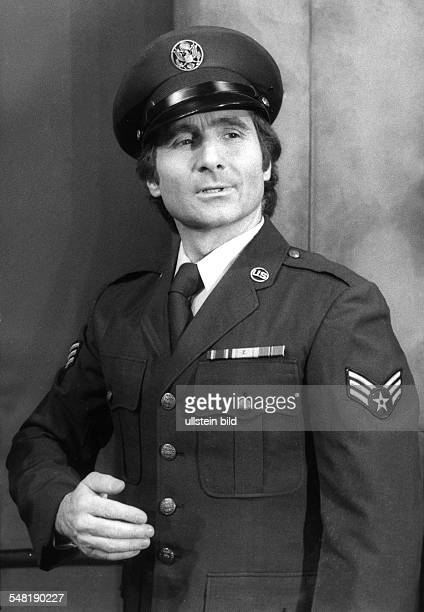 Quinn Freddy * Schlagersaenger Schauspieler Oesterreich Halbportrait in amerikanischer Uniform in Rolle in dem Stueck 'Junge von St Pauli' im StPauli...