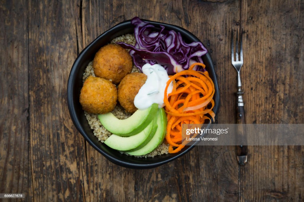 Quinoa lunch bowl with sweet potato falafel, carrots, red cabbage, avocado and yoghurt sauce : Stock-Foto