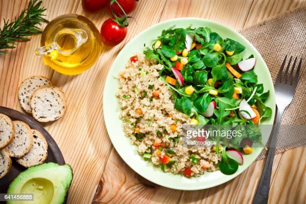 Plato de ensalada de quinoa tiro desde arriba