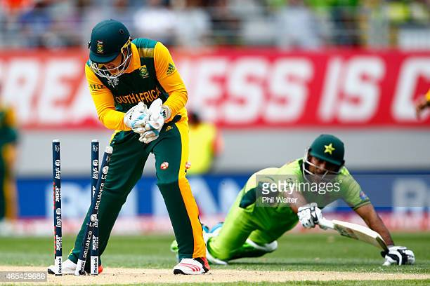 Quinton de Kock of South Africa runs out Sarfraz Ahmed of Pakistan during the 2015 ICC Cricket World Cup match between South Africa and Pakistan at...