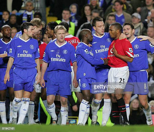 Quinton Fortune of Manchester United clashes with Claude Makelele of Chelsea during the Carling Cup semifinal first leg match between Chelsea and...
