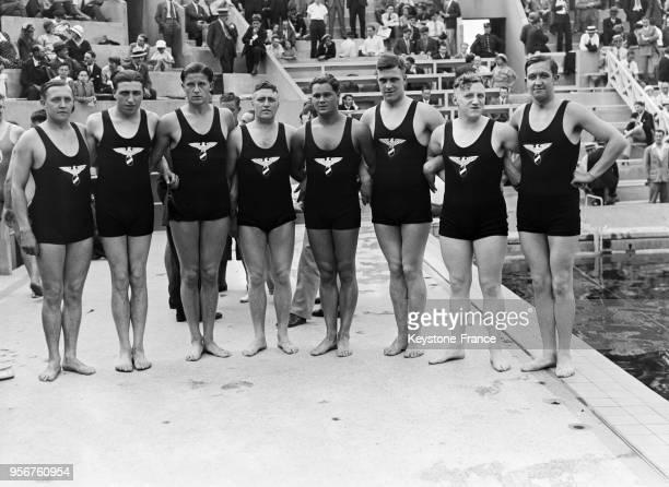 L'équipe dAllemagne de waterpolo avant le match les opposant à la France à la piscine des Tourelles à Paris France le 9 juillet 1933