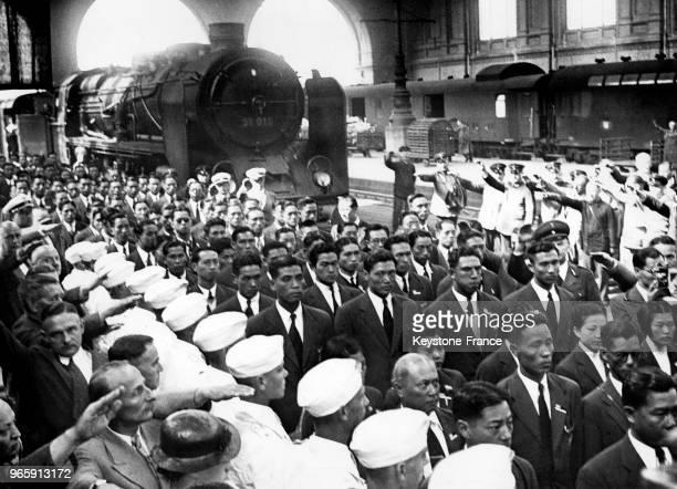 L'équipe d'athlètes olympiques chinoise est accueillie par des saluts hitlériens lors de son arrivée solennelle à la gare le 23 juillet 1936 à Berlin...