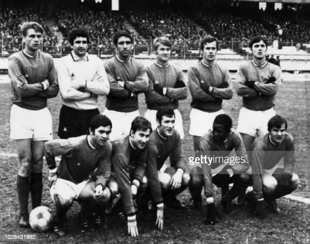 L'équipe de football de l'AS SaintEtienne pose le 4 août 1970 à SaintEtienne Debout de g à d le milieu Aimé Jacquet le gardien Georges Carnus les...