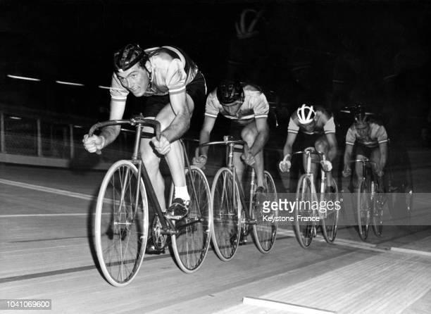 L'équipe de France cycliste olympique de poursuite lors de l'épreuve des quarts de finale dont elle ressortira victorieuse le 28 août 1960 à Rome...