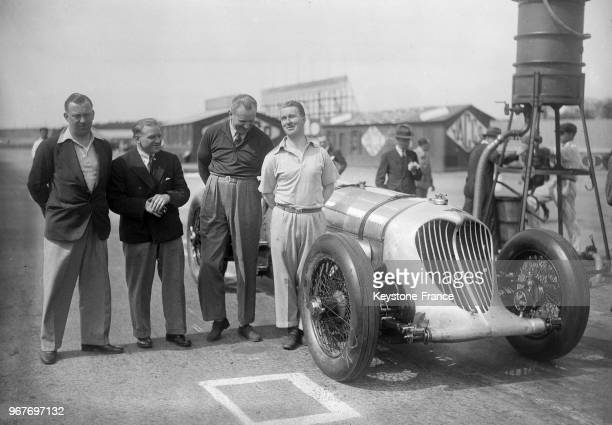 L'équipe des quatre conducteurs anglais avec de gauche à droite Cyril Paul Freddy Dixon John Cobb et Brackenbury sur le circuit de Montlhéry France...