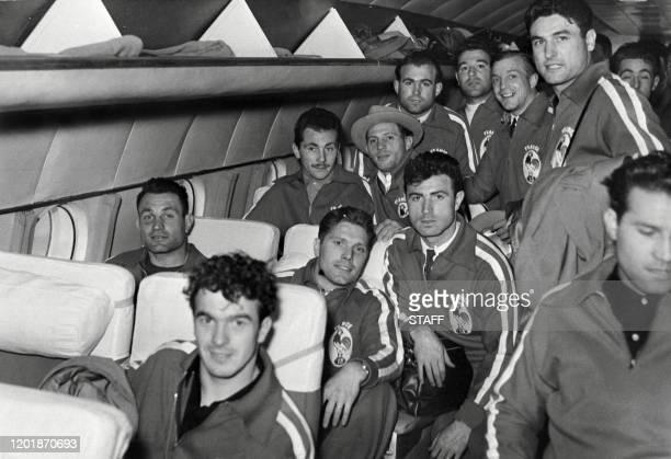 L'équipe française de rugby jeu à XIII pose dans l'avion lors de leur départ pour l'Australie le 15 mai 1951