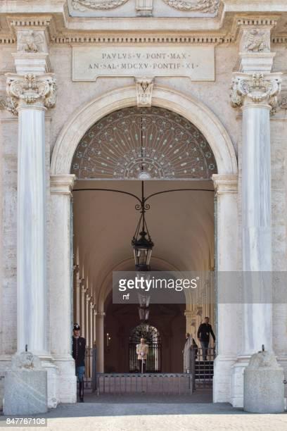 de ingang van het palazzo del quirinale - quirinaalpaleis stockfoto's en -beelden