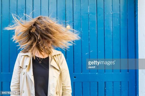 若い女性の顔を引っ張っての風変わりな肖像画