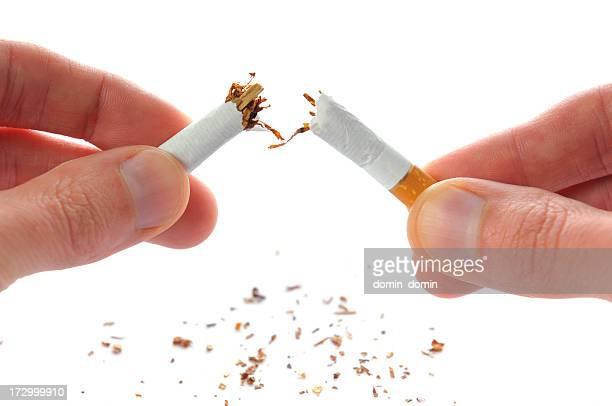 Arrêter de fumer une cigarette dans la moitié, brisé, isolé sur blanc