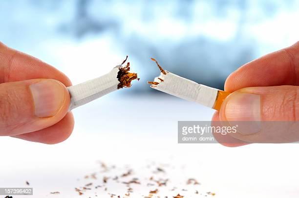 Arrêter de fumer une cigarette dans la moitié, cassé, isolé blanc, fond x-ray