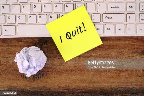i quit text on yellow note - quitting a job stock pictures, royalty-free photos & images