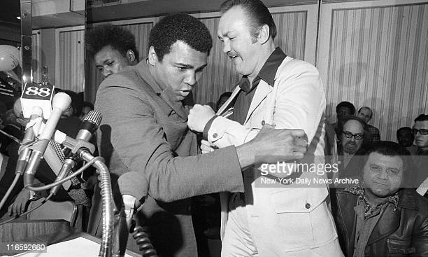 Quit While You're Ahead Press conference In what could turn out to be the best punch he lands on the champ Chuck Wepner jokingly sends an openhand...