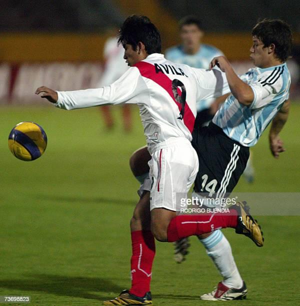 Alexis Machuca de Argentina disputa un balon con Irven Avila de Peru durante la ronda final del Campeonato Sudamericano sub17 en el estadio Olimpico...