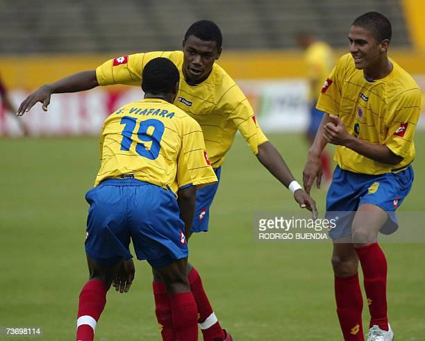 Cristian Nazarith de Colombia festeja su gol a Venezuela con Sebastian Viafara y Santiago Trellez durante la ronda final del Campeonato Sudamericano...