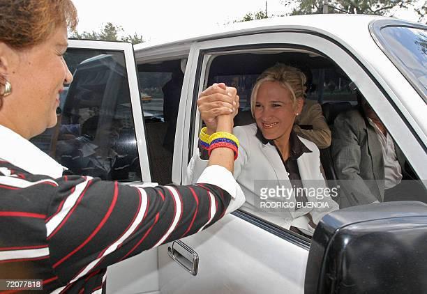 Cynthia Viteri candidata a la presidencia de Ecuador por el Partido Social Cristiano saluda a una simpatizante en el centro de Quito el 03 de octubre...