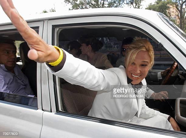 Cynthia Viteri candidata a la presidencia de Ecuador por el Partido Social Cristiano saluda a simpatizantes en el centro de Quito el 03 de octubre de...