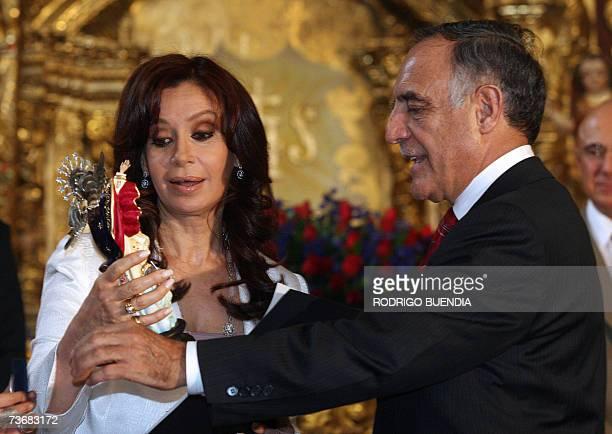 El alcalde de Quito Paco Moncayo entrega la replica de la Virgen de Legarda a la senadora y primera dama de Argentina Cristina Fernandez de Kirchner...