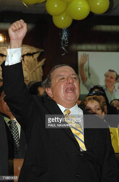 El candidato presidencial Alvaro Noboa saluda tras inscribir su candidatura en la secretaria del Tribunal Supremo Electoral el 15 de agosto de 2006...