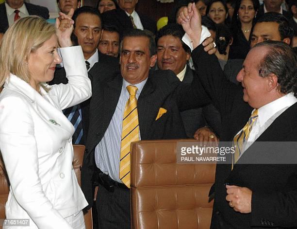 El candidato presidencial Alvaro Noboa su esposa Anabela Azin y su companero de formula Vicente Taiano saludan tras inscribir sus candidaturas en la...