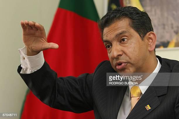 El expresidente de Ecuador Lucio Gutierrez da una rueda de prensa en la sede de su partido Sociedad Patriotica en Quito el 10 de marzo de 2006...