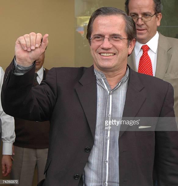 El ministro de Economia de Ecuador Ricardo Patino saluda a su llegada al aeropuerto Mariscal Sucre de Quito el 23 de mayo de 2007 Patino afirmo que...