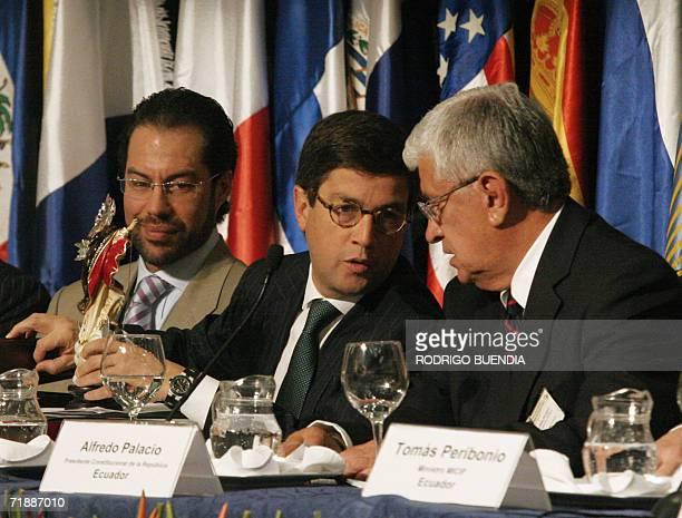 El presidente de Ecuador Alfredo Palacio conversa con el presidente del Banco Interamericano de Desarrollo el colombiano Luis Alberto Moreno junto al...