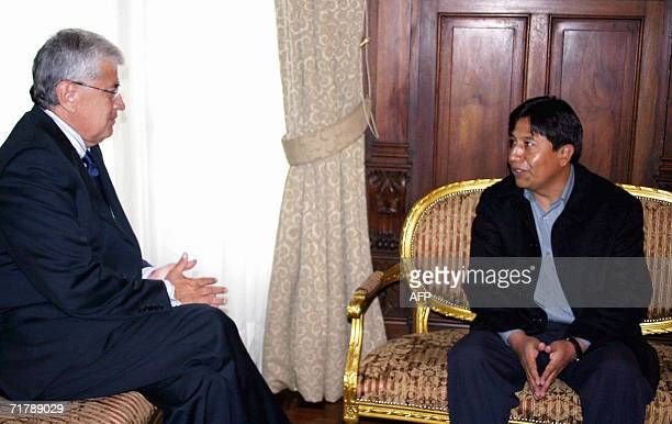 El presidente de Ecuador, Alfredo Palacio recibe en su despacho al canciller de Bolivia, David Choquehuanca el 5 de septiembre de 2006 en Quito....