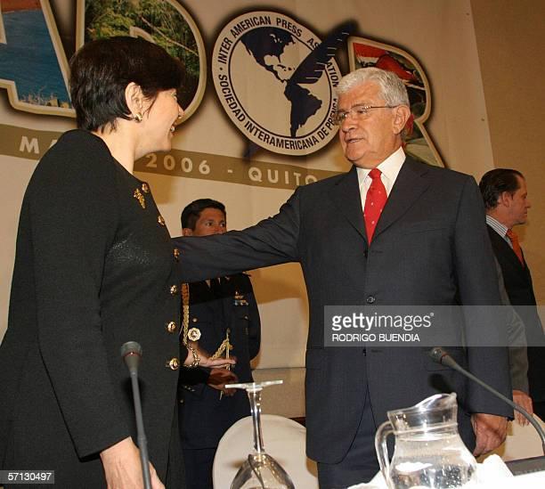 El presidente de Ecuador Alfredo Palacio saluda a la presidenta de la Sociedad Interamericana de Prensa Diana Daniels durante la inauguracion de la...