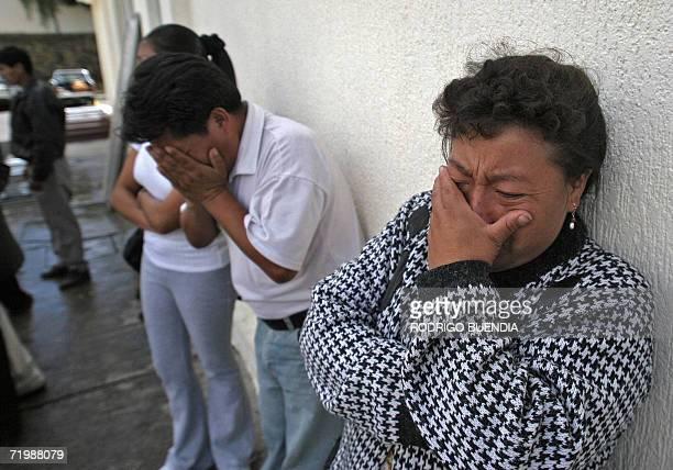 Familiares de victimas de un accidente carretero lloran fuera de la morgue de Quito el 25 de setiembre de 2006 Al menos 47 personas murieron entre...