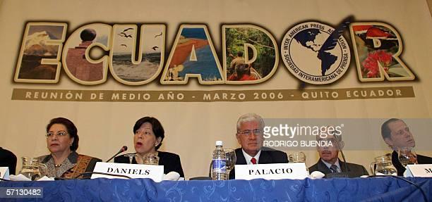 Guadalupe Mantilla presidenta del diario el Comercio de Quito Diana Daniels presidenta de la Sociedad Interamericana de Prensa Alfredo Palacio...