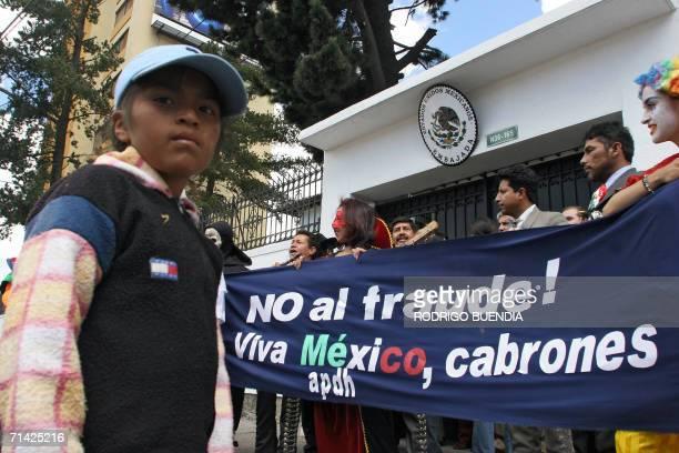 Integrantes de la Asociacion Permanente de Derechos Humanos protestan frente a la embajada de Mexico en Ecuador el 12 de julio de 2006 en Quito...