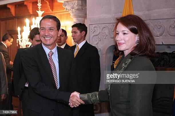 La canciller ecuatoriana Maria Fernanda Espinosa saluda a su homologo colombiano Fernando Araujo en la cancilleria en Quito el 28 de mayo de 2007....