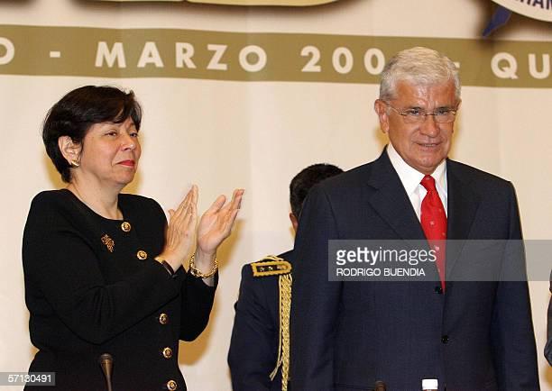 La presidenta de la Sociedad Interamericana de Prensa Diana Daniels aplaude al presidente de Ecuador Alfredo Palacio durante la inauguracion de la...