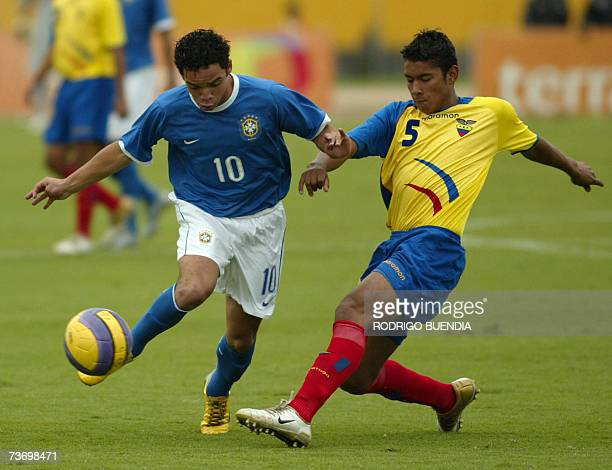 Lula de Brasil controla el balon ante la marca de Alejandro Bolanos de Ecuador durante la ronda final del Campeonato Sudamericano sub17 en el estadio...