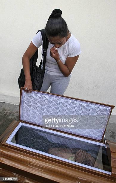 Patricia Llumiquinga llora la muerte de un familiar fuera de la morgue de Quito el 25 de setiembre de 2006 Al menos 47 personas murieron entre ellos...
