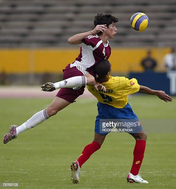 Santiago Trellez de Colombia disputa un balon con Jose Velasquez de Venezuela durante la ronda final del Campeonato Sudamericano sub17 en el estadio...